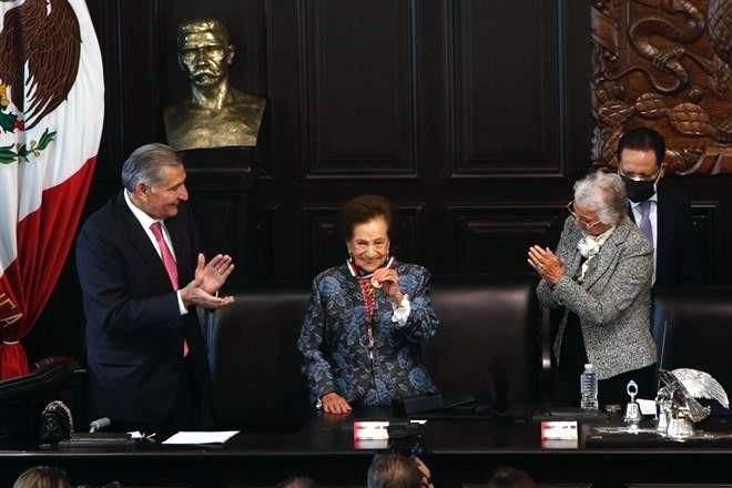 Condecoran a Ifigenia Martínez con la Belisario Domínguez