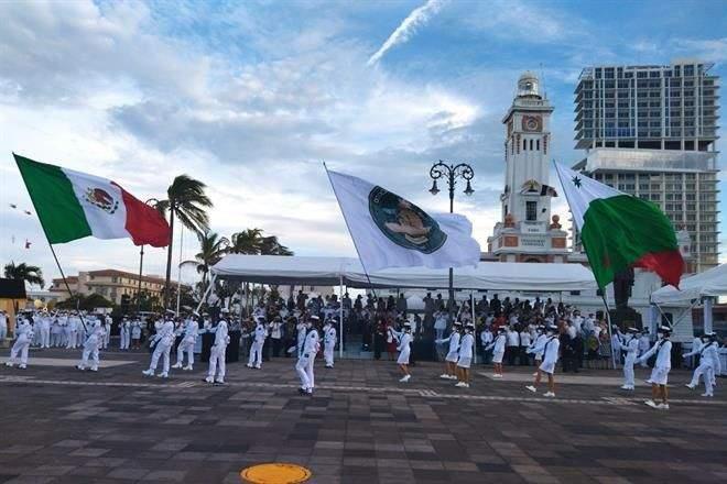 Conmemora AMLO 200 aniversario de la Armada