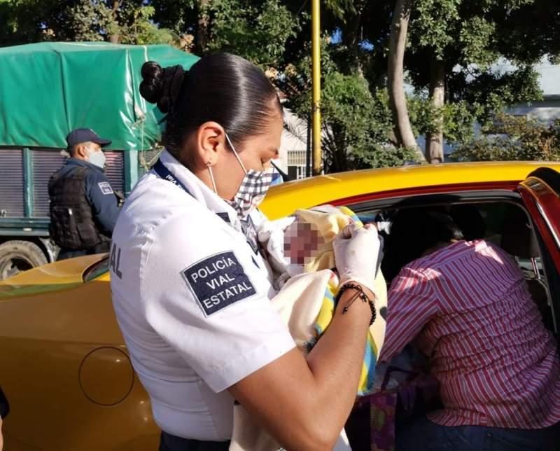 Policías viales de Oaxaca apoyan parto en un taxi